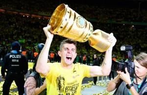 Dortmund's US midfielder Christian Pulisic celebrates with the trophy after victory during the German Cup (DFB Pokal) final football match Eintracht Frankfurt v BVB Borussia Dortmund at the Olympic stadium in Berlin on May 27, 2017. / AFP PHOTO / Tobias SCHWARZ / RESTRICTIONS: ACCORDING TO DFB RULES IMAGE SEQUENCES TO SIMULATE VIDEO IS NOT ALLOWED DURING MATCH TIME. MOBILE (MMS) USE IS NOT ALLOWED DURING AND FOR FURTHER TWO HOURS AFTER THE MATCH. == RESTRICTED TO EDITORIAL USE == FOR MORE INFORMATION CONTACT DFB DIRECTLY AT +49 69 67880   /         (Photo credit should read TOBIAS SCHWARZ/AFP/Getty Images)